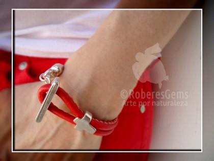 Pulsera Formentera. Cuero rojo y cruz.