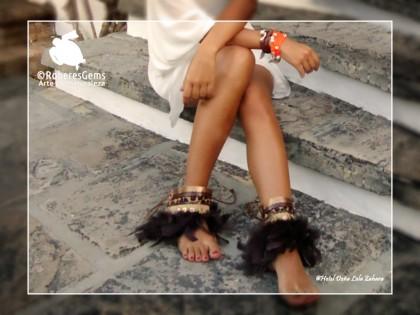 Cubre botas Ibiza. Plumas de gallo y marron