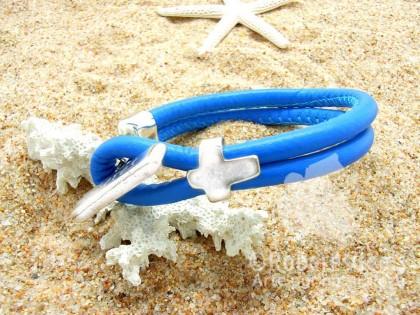 Pulsera Formentera. Cuero azul y cruz.