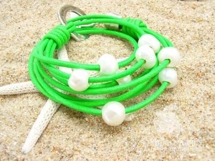 Los Caños. Pulsera Perlas y cuero verde flúor