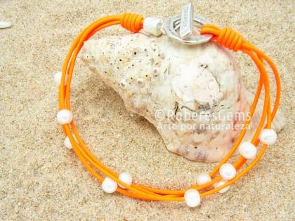 Los Caños. Pulsera Perlas y cuero naranja flúor