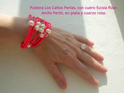Los Caños. Pulsera Perlas y cuero fucsia flúor