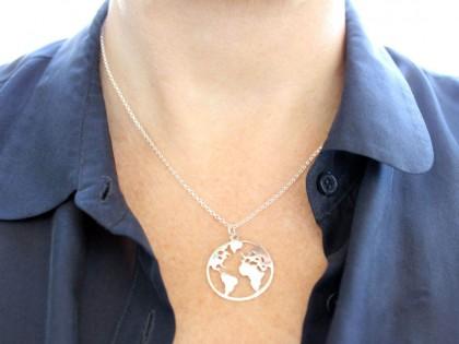 Céfiro. Collar silueta del Mundo en plata