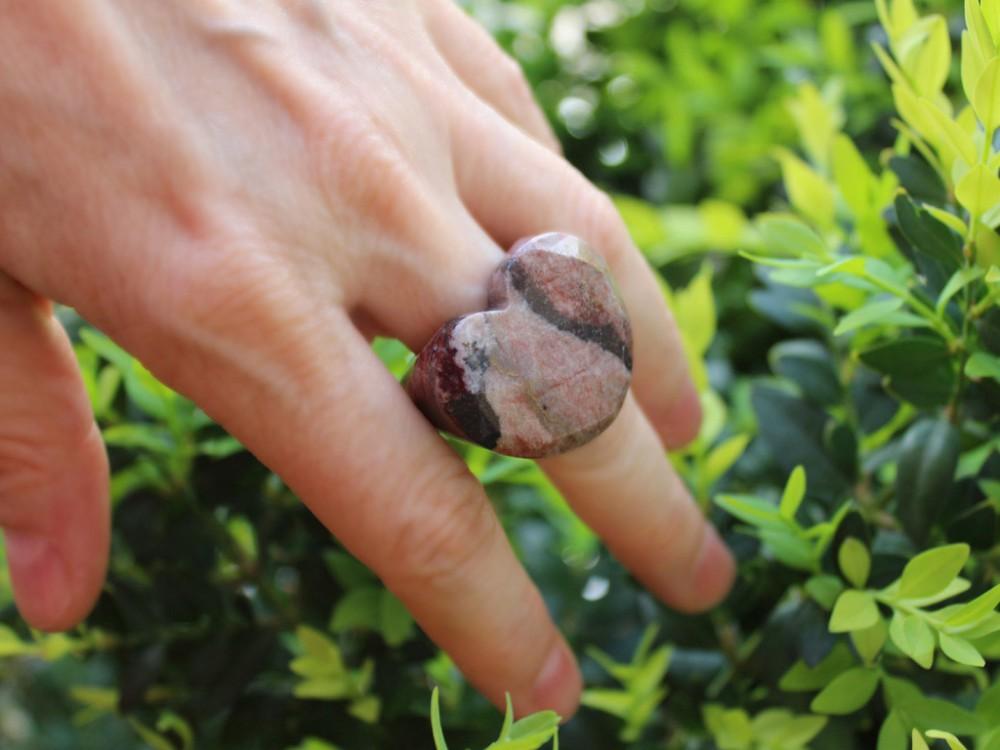 Anillo de Rodonita rosa tallado en piedra con forma de corazón.