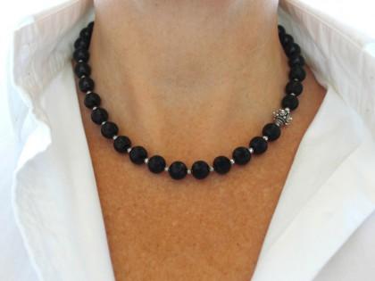 Siros. Collar Azabache, Hematites y cuenta de Bali estrella